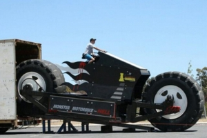 """世界上最大的摩托车,重金打造的14吨""""摩托怪兽"""""""