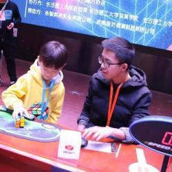 7岁男孩打破魔方二阶单次中国纪录,仅0.683秒!